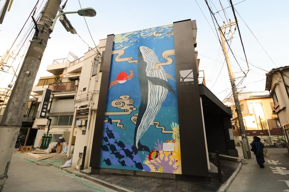 巨大なクジラの絵が目印