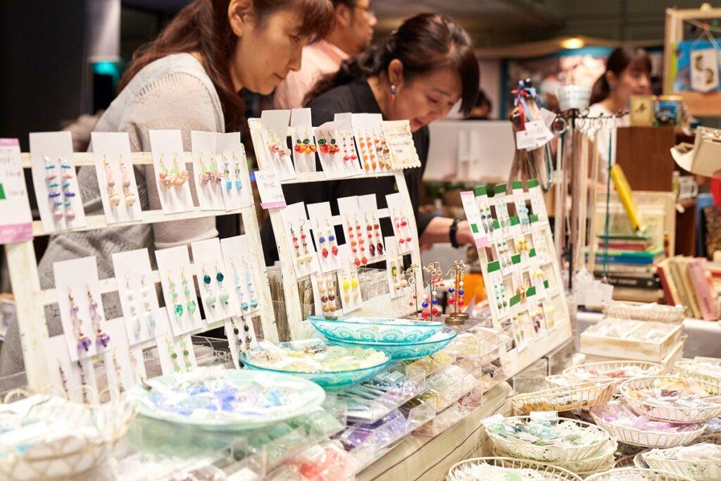 チェコビーズやマリオネット、文房具屋おもちゃなどたくさんのチェコ雑貨が勢ぞろい 会場に足を踏み入れると、チェコからやってきたアイテムがずらり。まるでチェコに旅行に来た気分でお買い物を楽しむことができます。 たとえばガラス製品。ボヘミアングラスという言葉が知られていますが、チェコはガラス加工産業において長い伝統を誇っており、アクセサリーやビーズなどの美しいガラスカッティングは世界中で愛されています。ユネスコの無形文化遺産に登録されているマリオネットも、チェコのお土産屋さんで心を奪われた方も多いことでしょう。それから、文房具やおもちゃ、デザイン製品などのおしゃれな雑貨類にも出会えます。魅力的なチェコ製品を一度に楽しめるのは、チェコフェスティバルならではです。